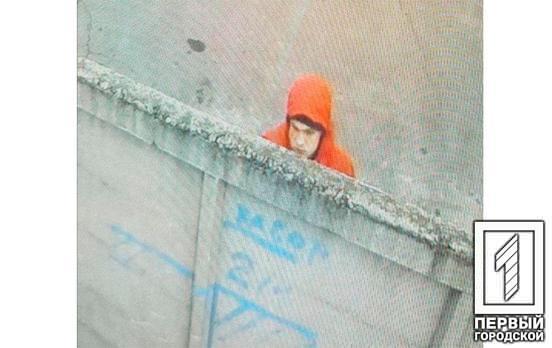 Эксклюзив: появилось видео, как вандал в Кривом Роге разрисовывает забор еврейской школы, а следом памятник жертвам Холокоста