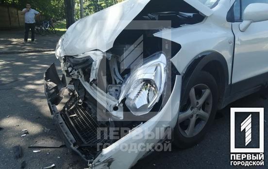 В Кривом Роге на перекрёстке возле больницы произошла авария, одну машину развернуло на проезжей части