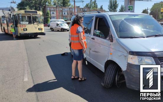 На кольце 95-го квартала в Кривом Роге минивэн столкнулся с троллейбусом